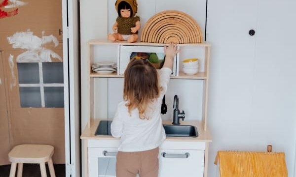 8 Best Wooden Play Kitchen Sets For Toddlers and Kids (2020 Reviews)